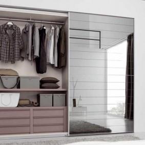 Полки и ящики внутри шкафа с зеркальными дверями