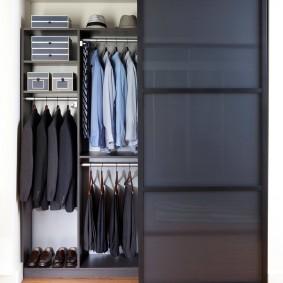 Мужская одежда внутри двустворчатого шкафа купе