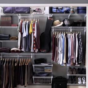 Встроенный гардероб в стене прихожей