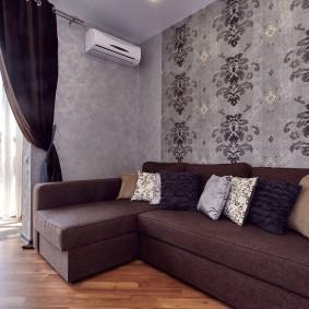 Угловой диван в комнате с французским окном