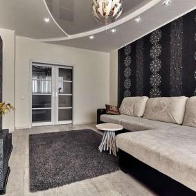 Серый коврик на полу гостиной комнаты