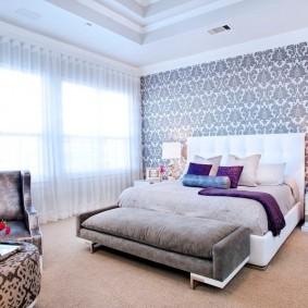 Белый тюль на стене спальной комнаты