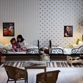 Зонирование обоями комнаты для двоих детей