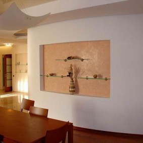 Декор обоями ниши в стене зала