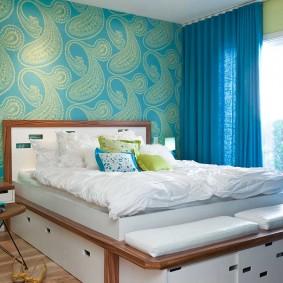 Синие шторы на окне спальни подростка