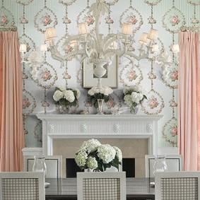 Светло-розовые занавески на окне гостиной с камином