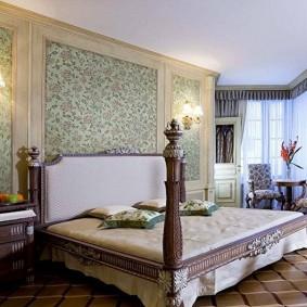 Деревянная кровать в спальном помещении