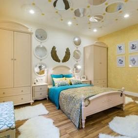 Желтые обои в комнате квартиры