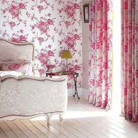 Розовый рисунок на обоях в зале