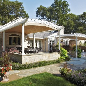 Одноэтажный домик с пристроенной перголой