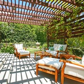 Удобные подушки на садовой мебели из реек