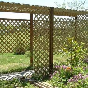 Пергола-стенка из тонких реек для зонирования сада