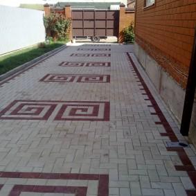 Длинный двор частного дома с цементной плиткой