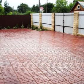 Парковка перед домом с покрытием из цементной плитки