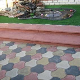 Бордюр из тротуарной плитки на садовой клумбе