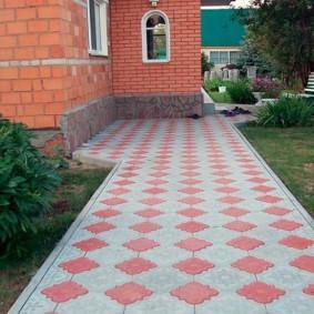Красная и серая плитка на садовой дорожке