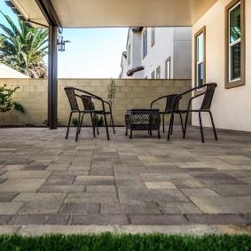 Садовая мебель на площадке из серой плитки