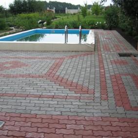 Плитка волна на площадке перед открытым бассейном