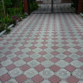 Серо-красная тротуарная плитка в форме ромашки