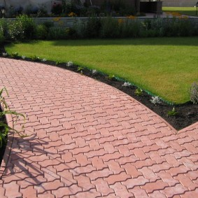Плитка змейка на садовой тропинке