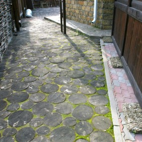 Цементная плитка на дорожке к частному дому