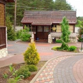 Вместительный двор на загородном участке