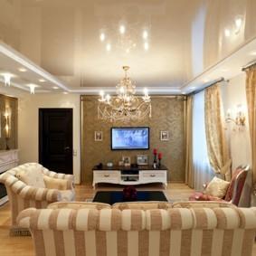 Спинка дивана с полосатой обивкой