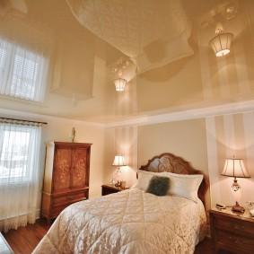 Просторная спальня с глянцевым потолком