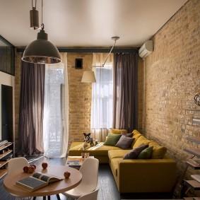 Уютная гостиная с темными шторами