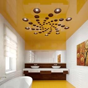Желтый потолок в небольшой комнате
