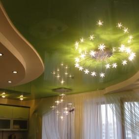 Освещение в комнате с зеленым потолком