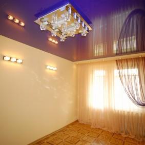 Накладной светильник на потолке в комнате