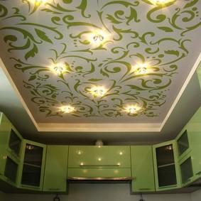 Зеленый рисунок на белом полотне потолка