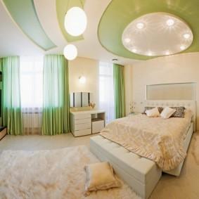 бело-зеленый потолок в спальне супругов