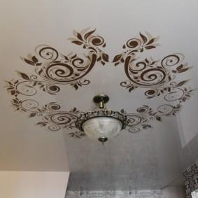 Компактная люстра на красивом потолке