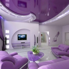 Фиолетовый потолок в интерьере комнаты