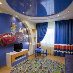 Синий потолок под шторы в комнате