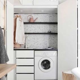 Черные полки над стиральной машиной в постирочной