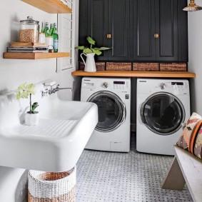 Деревянная столешница над стиральной и сушильной машинами