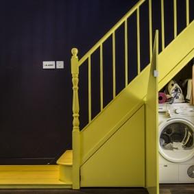 Мини-прачечная под желтой лестницей