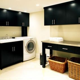 Черные шкафы в комнате с белым полом