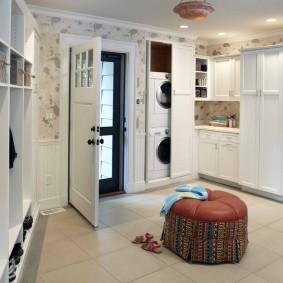 Кожаный пуф на полу с керамическим покрытием