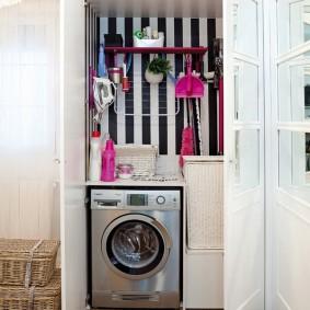 Стиральная машина в шкафу с распашными дверками