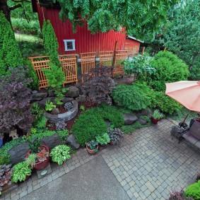 Мощенная площадка в саду природного стиля