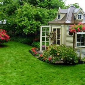 Небольшой домик в укромном уголке сада