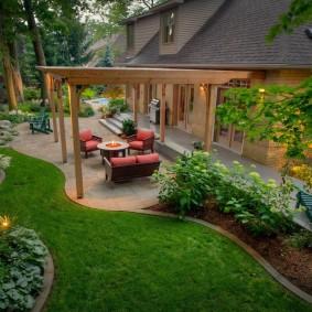 Деревянная пергола в зоне отдыха на даче