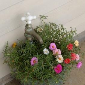 Цветочный горшок с водопроводным краном