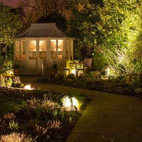 Декоративная подсветка кустарников возле садовой беседки