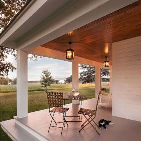 Садовые фонарики на потолке открытой террасы