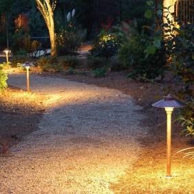 Светодиодные светильники по краям гравийной дорожки